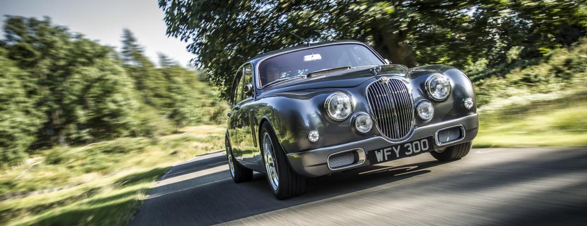Zwei legendäre Fahrzeuge von Jaguar Land Rover feiern Jubiläum:  60 Jahre Jaguar Mk 2 und 30 Jahre Land Rover Discovery