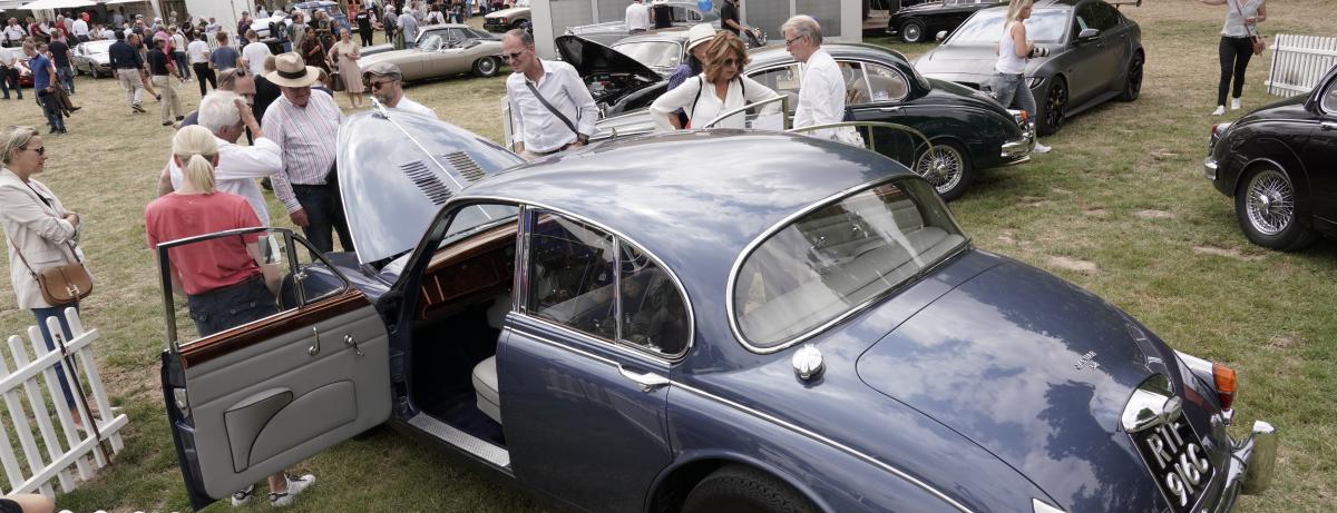Begeisterte Klassik-Fans feiern 60 Jahre Jaguar Mark 2 und 30 Jahre Land Rover Discovery