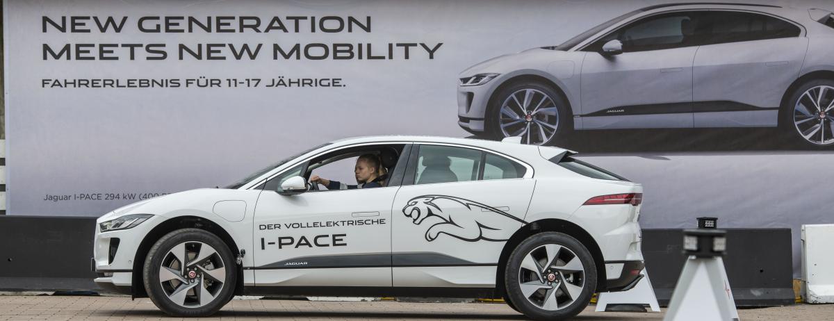"""""""New Generation meets New Mobility"""" -  Zukunftsweisender, vollelektrischer I-PACE* für die zukünftige  Generation von Autofahrern"""