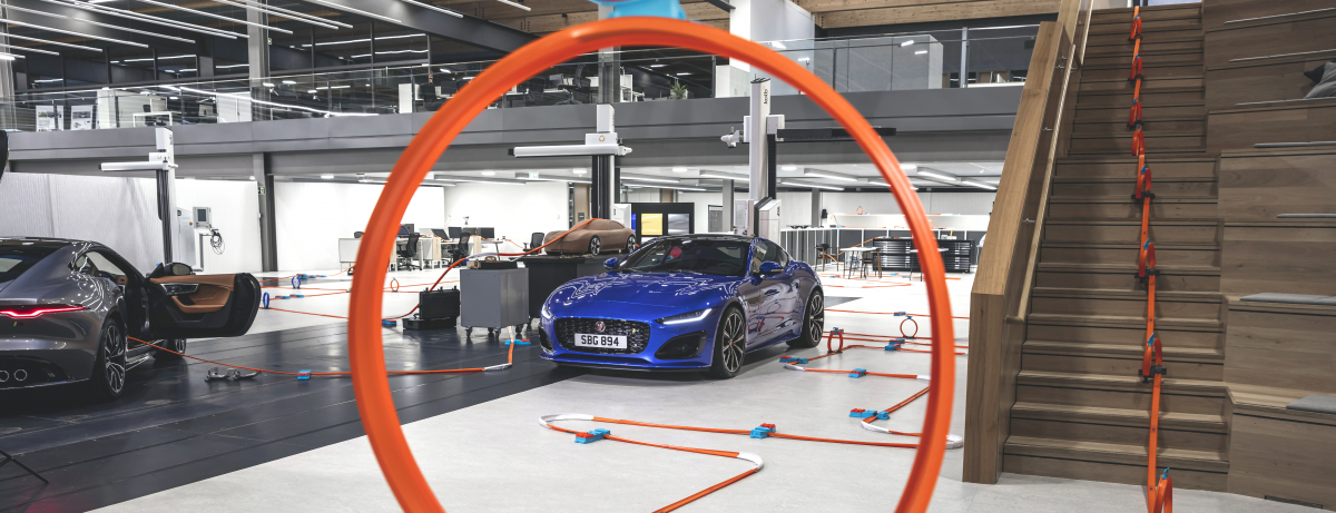 Neuer Jaguar F-TYPE flitzt zur Weltpremiere durch das Jaguar Design Center als Hot Wheels®-Modellracer im Maßstab 1:64