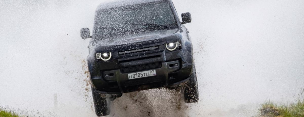Stunt-Fahrzeuge des neuen Land Rover Defender rollen direkt vom Set des Bond-Streifens Keine Zeit zu sterben ins London Film Museum
