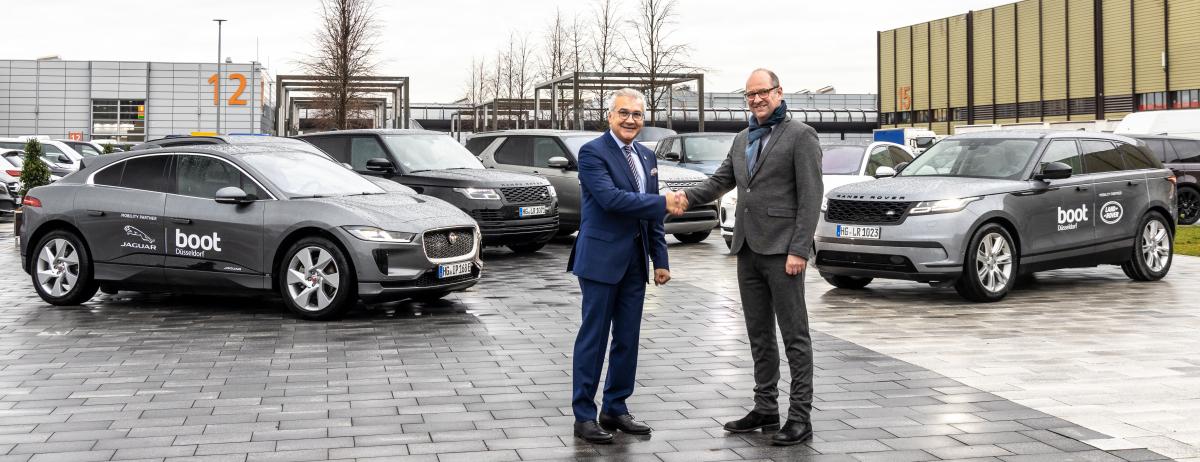 Michael Küster, Leiter Produktmanagement von Jaguar Land Rover Deutschland und Petros Michelidakis, Direktor der boot Düsseldorf