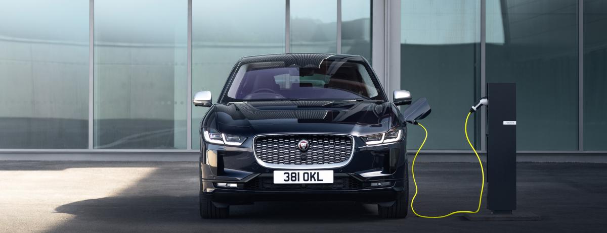 Jaguar führt den Jaguar I-PACE mit Dreiphasen-Wechselstrom und neuem Infotainment-System ein