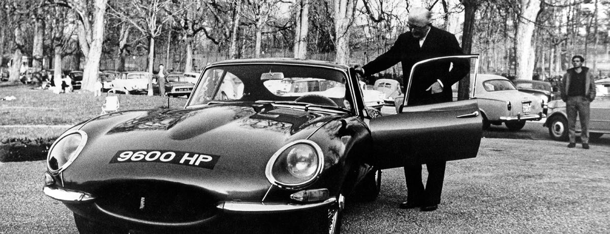 """""""9600 HP"""" mit Jaguar Gründer und Firmenchef Sir William Lyons während der E-Type-Präsentation im Genfer Parc des Eaux Vives."""