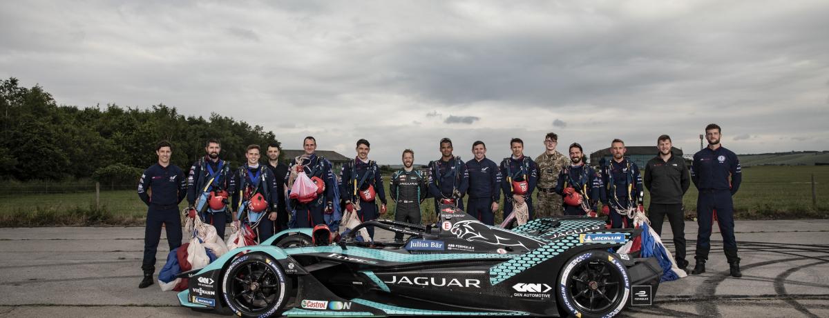 Jaguar Racing und die legendäre Kunstfallschirmspringer-Truppe RAF Falcons stimmen mit dramatischer Vorführung auf London E-Prix ein