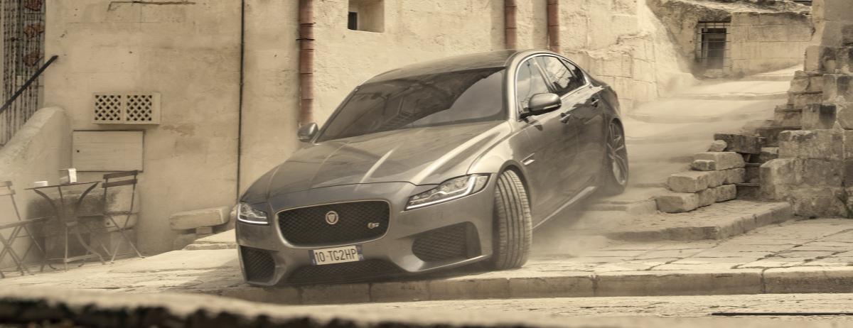 Jaguar XF feiert in Keine Zeit zu sterben sein James-Bond-Debüt: In den engen Gassen des süditalienischen Matera geht die Jaguar Limousine bis an ihre Grenzen
