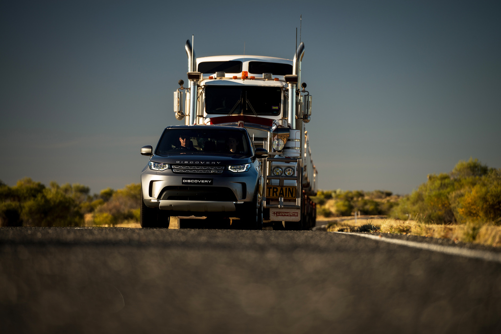 LAND ROVER DISCOVERY TOWS 110-TONNE ROAD TRAIN ACROSS