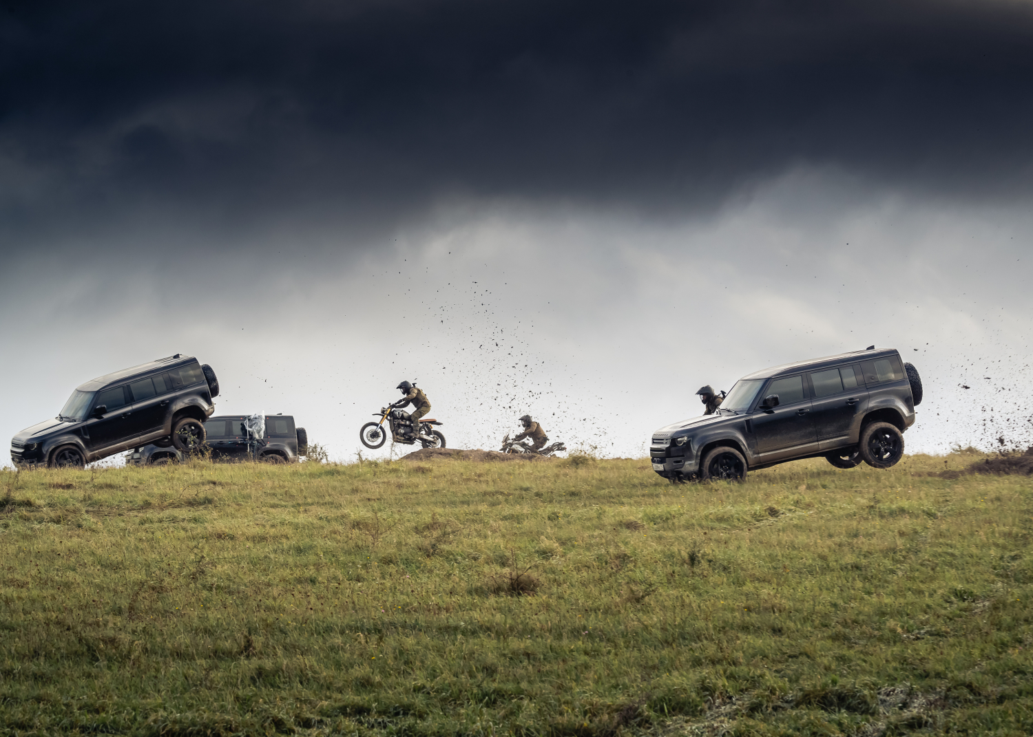 New Land Rover Defender. it does all its own Stunts. - Image 2