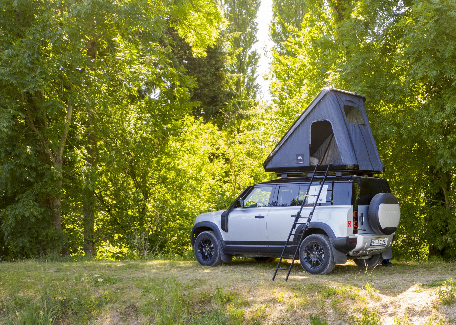 Land Rover and Autohome Create Rugged Roof Tent for New Defender - Image 1