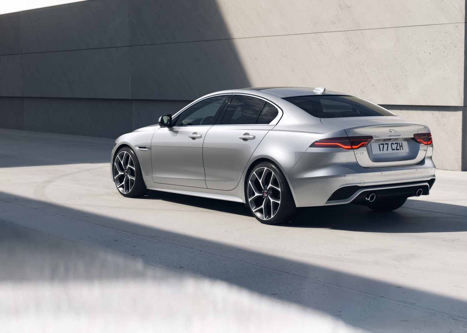 XE R-Dynamic HSE – Hakuba Silver with Light Oyster Interior