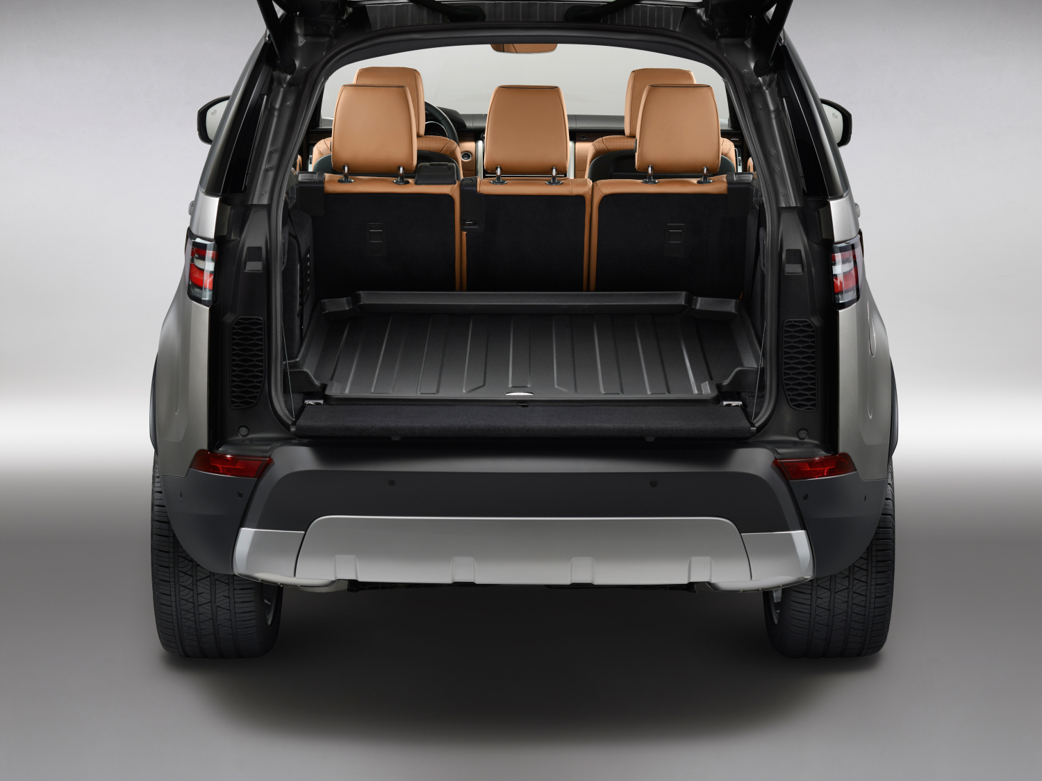 LAND ROVER REVEALS NEW DISCOVERY - STUDIO