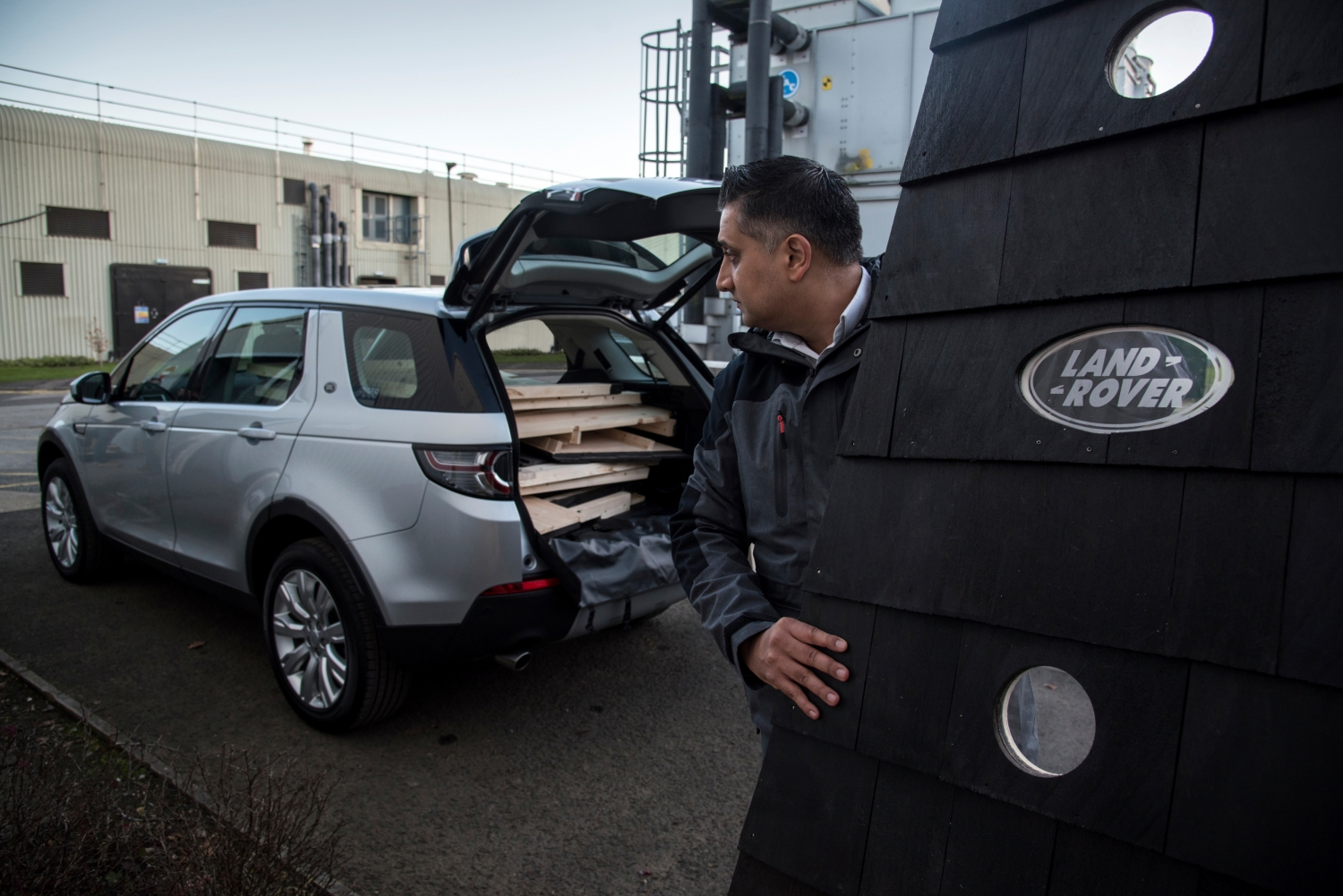 LAND ROVER BUILDS COMPACT CHRISTMAS CABIN FOR SANTA