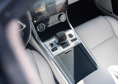 Sicher durch die Nacht: Jaguar Land Rover Scheinwerfer mit modernster LED-Matrix- und Pixeltechnologie für ideale Sichtverhältnisse in der dunklen Jahreszeit