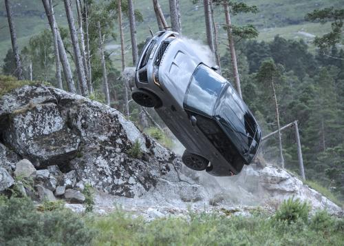 Neuer Trailer eröffnet Blicke hinter die Kulissen des 007-Kinohits  Keine Zeit zu sterben – mit dem Range Rover Sport SVR in der Schlüsselrolle