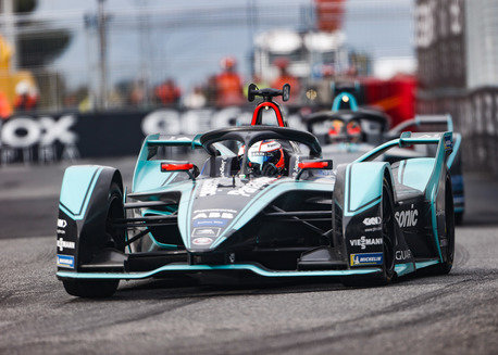 Doppelter Stromstoß von Jaguar Racing in Berlin: Elektrisierender Motorsport mit Formel E-Rennen und Jaguar I-PACE eTROPHY